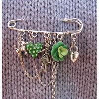 Брошь-булавка ручной работы с цветочком и сердечком