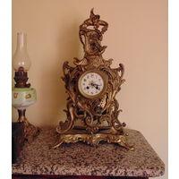 Старые каминные часы.