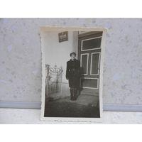 Фотография, у входа в административное здание, Австрия, 1940-42 гг.