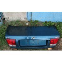 Mazda 626 IV GE 1991-1997г крышка багажника с фонарями (стопами). Дефект - округлая вмятина.
