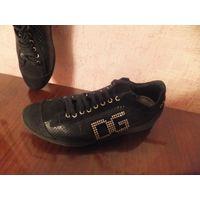Фирменная обувь на 38-39 размер.