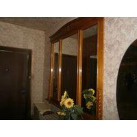Большое настенное зеркало в деревянной  раме