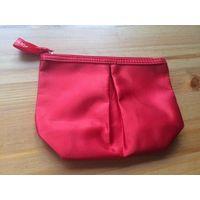 Стильная косметичка насыщенно красного перламутрового цвета, размер 10 на 15 см. Италия. Внутри как прорезинена, идеально чистится.