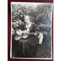 Девушка с гитарой. Фото 1937 г. 8х11 см
