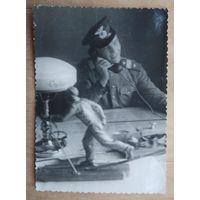 Фото сержанта за столом. 7х10 см..