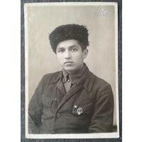 Будущий солдат со значками ОСОАВИАХИМа. Июль 1941 г. 8х12 см.