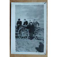 Фото на сельской телеге. 1950-е. 6х9 см