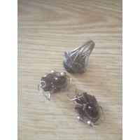 Комплект перстень и серьги с темным камнем и ажурной оправой