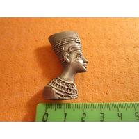 Магнит сувенирный металлический. Голова фараона или его жены.