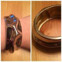 Стильнейший браслет цвет золото, очень красивый, металл, очень увесистый, ширина 3 см, смотрится очень достойно. Б/у, есть небольшие потертости, но в общем отлично.