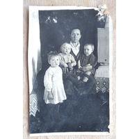Фото женщины с детьми. 1940-50-е. 8х12 см.