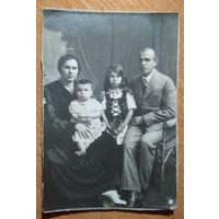 Семейное фото. 1930-е. 11х16 см