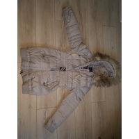 Женский зимний пуховик серого цвета.44-46 размера.155\80А.В нормальном состоянии,носить еще можно.   Пуховик полуприлегающего силуэта, выполнено из плащевой ткани средней плотности на подкладке с напо