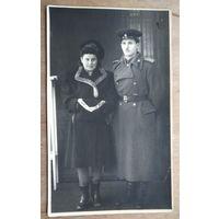 Фото офицера с женщиной. Конец 1940-х. 8.5х13 см.