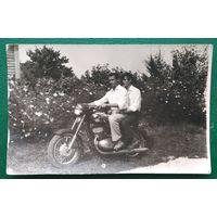 Фото на мотоцикле. 6х9 см.