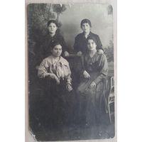 Фото на память от любящих сестер. 1920 г. 9х14 см.