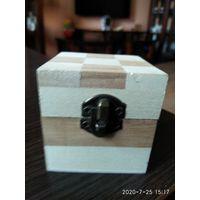 Коробочка для украшений из разных пород дерева.