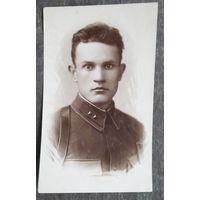 2 фото лейтенанта 1939 и 1944 г. 8.5х13 см и 8х10 см.