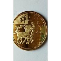"""Китай сувенирная монета """"Год козы"""" позолота. 38 мм. распродажа"""