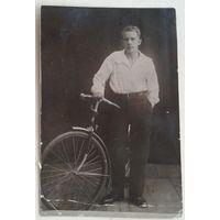 Фото мужчины с велосипедом. 8х12 см.