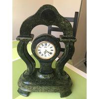 Часы механические Агат в камне змеевик! Часы На ходу! 31 см высота, 23 см ширина!