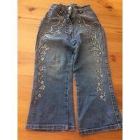 Джинсы с вышивкой на девочку 3-5 лет. Красивые джинсики. Длина 52 см, ПОталии тянется 22-28 см. Джинсы в отличном состоянии, внизу есть незначительные потертости.