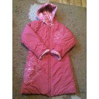 Красивое теплое пальто рост 134 см на синтепоне, достаточно теплое, на теплую зиму супер, дальше - зависит от ребенка, насколько он теплолюбивый. С капюшоном (не отстегивается), есть кармашек на замке
