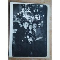 Скоро Новый год. Фото 1950-60-х г. 9х12 см.