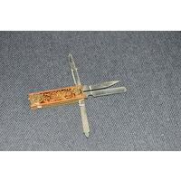 Довольно  тяжёлый и прочный советский наборный  нож-комплект  на  все  случаи  жизни. Латунная  ручка с расписным орнаментом.Латунные  заклёпки.