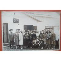 Фото у здания клуба учреждения УЖ 18/14. 1970-е. 14х21 см