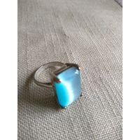 Кольцо женское с красивым небесно-:голубым кабашоном с эффектом кошачьего глаза. Медь. Покрытие серебро.18,5 р.