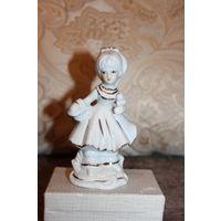 """Фарфоровая статуэтка """"Девочка с корзинкой и птичкой"""", высота 13,5 см, хорошее состояние."""