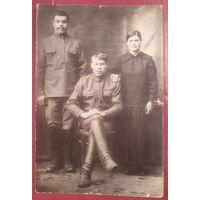 Федор Иванович Самохвалов, его сестра Софья и его товарищ. Саратовская губерния. Фото до 1917 г. 9х13 см.