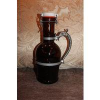 Старая бутылка от вина или пива, из толстого коричневого стекла, с фарфоровой крышкой, и металлической ручкой.