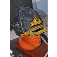 Адмиральская шапка из натур.кожи с форменным фибровым козырьком,золочён.филиграном и кокардой с латунь.якорем.Маленькие латунь пуговки.Р58-59.