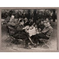 Фото офицеров Группы оккупационных советских войск в Германии, пьющих немецкое пиво. Конец 1940-х. 8х10.5 см.