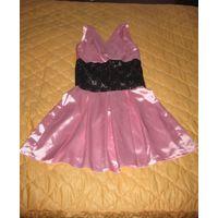 Розовое атласное платье с гипюром