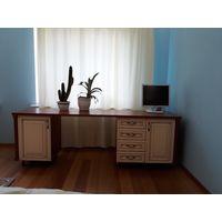 Стол письменный (массив ольхи тонированной) из набора мебели для жилой комнаты. Весь набор мебели для жилой комнаты см. на фото