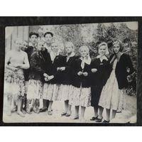 Фото сельской молодежи. 1950-е. 9х12 см.