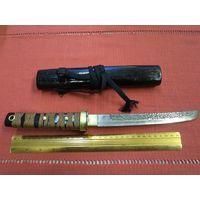 Нож ручной работы в деревянных ножнах.