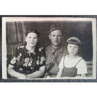 Фото военного с женой и дочкой. 1942 г. 6х8 см.