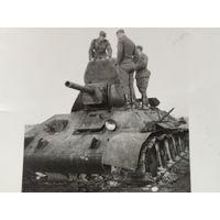 Фрицы на сгоревшем Т-34 с 1 руб. без м.ц