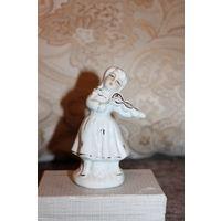 """Фарфоровая статуэтка """"Девочка играет не скрипке"""", высота 11 см., хорошее состояние."""