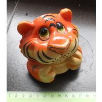 Статуэтка лев, львенок, держатель для телефона.