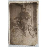 Фото мужчины с велосипедом. 5х7 см