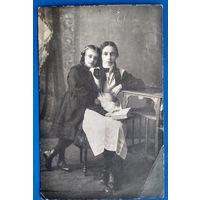 Фото двух девушек. 1915 г. 9х13.5 см