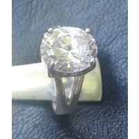 Красивое серебряное колечко с белым камнем..  19 размер. камень 10*12 мм