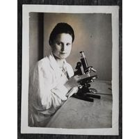 Женщина с микроскопом. Фото 1950-х. 9х12 см.
