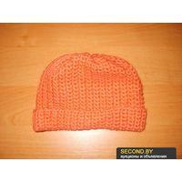 Персиковая вязаная шапка