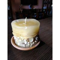 Новая декоративная свеча с отделкой раковинами на керамической подставке.